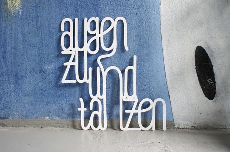 Dekoratives Accessoire für jede Wand: 3D geschnittene Buchstaben an einem Stück zum Aufhängen. Das 3mm starke Material wirkt erhaben und macht mit sei