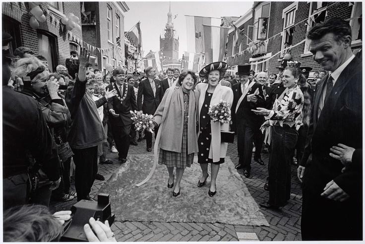 Koningin Beatrix en Prinses Margriet op de 'loper', Werry Crone, 1992