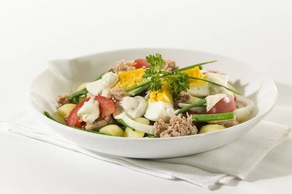 Salade Met Tonijn, Aardappel, Bonen, Tomaat En Ui recept | Smulweb.nl