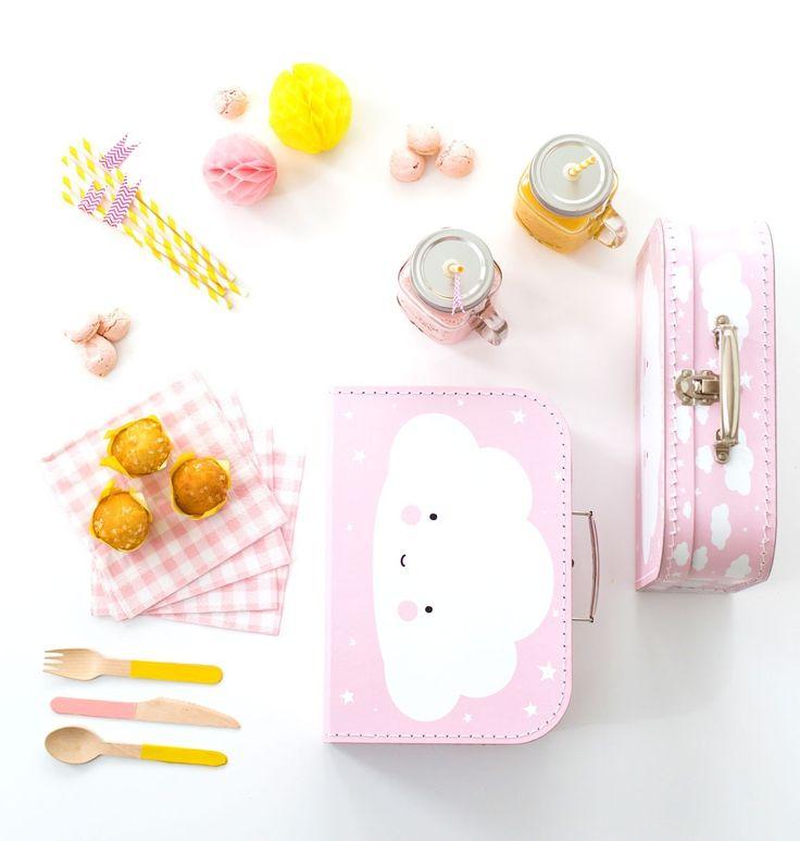 Bonita mini maleta decorativa con una dulce nube blanca sobre un fondo rosa ideal para darle un toque de ternura a la habitación de tu niña además de ser muy útil para guardar juguetes, colores y pequeños objetos de forma elegante y original - Minimoi