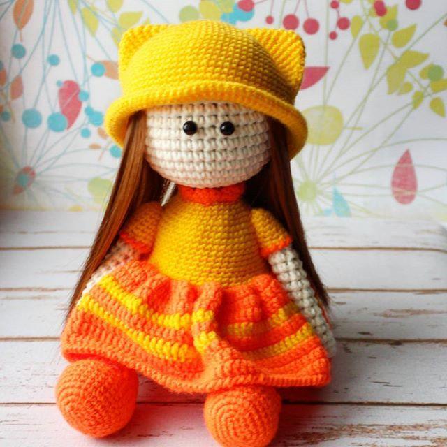 В такой пасмурный день родилась солнечная девочка.  Рост 29 см, одежда не снимается, самостоятельно сидит, стоять не может.  По вопросам приобретения обращаться ко мне😋  цена 800 р    #вязание #weamiguru #crochet #doll #crochetdoll #казань #подарок #казаньподарок #подарокказань #подарокна8марта #вязанаяигрушка