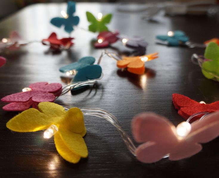 O quarto da sua filha, seu lavabo, seu espelho, sua escada...deixe-os com uma decoração exclusiva e moderna com o cordão luminoso de LED, ou luz de fada como é carinhosamente chamada. <br>Com 50 borboletas coloridas deixará sua casa ainda mais charmosa. <br> <br>Comprimento = 3,6m <br>127v ou 220v - informe qual a sua quando efetuar o pedido.