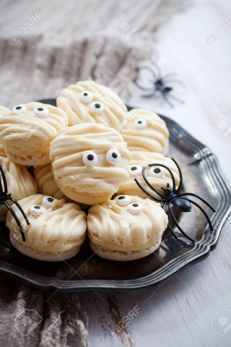 White mummy macaroons for Halloween