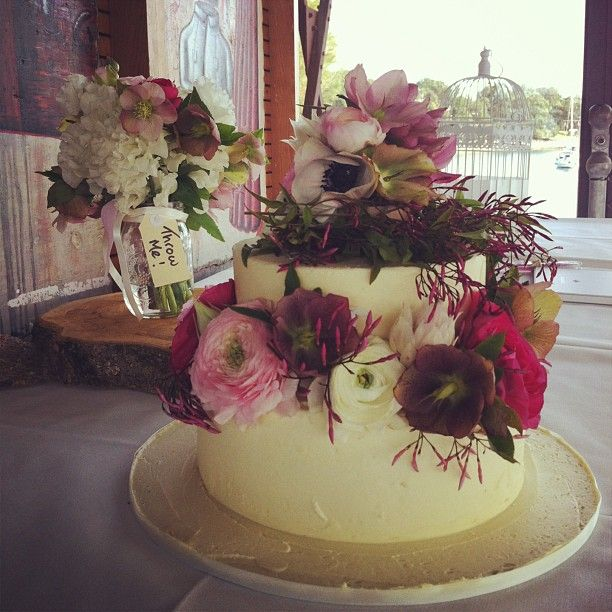 This beautiful cake was made by the very talented Liz from @cakeladycakes  #weddingcake #wedding  #flowers  #beauty  #iwantedtoeatthis Flowers by Opulent Garden