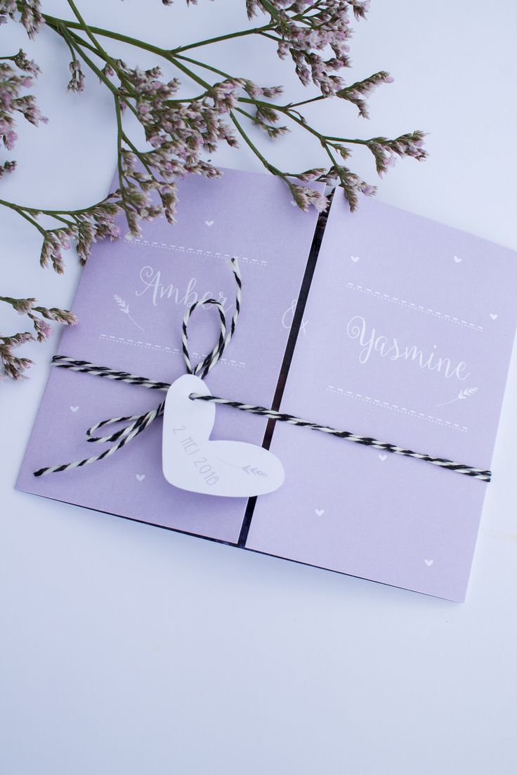 Geboortekaartje tweeling meisjes Amber & Yasmine - lavendelkleurig, met hartjeslabel en foto - ontwerp door www.leesign.nl - #leesign #geboortekaartje #geboortekaart #tweelingkaart #tweeling #twin #birth #announcement #card #lavendel #lavender #heart #label #luik #luikkaart