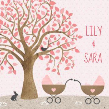 Geboortekaartje met kraft, boom en twee kinderwagens met tweeling meisjes erin.