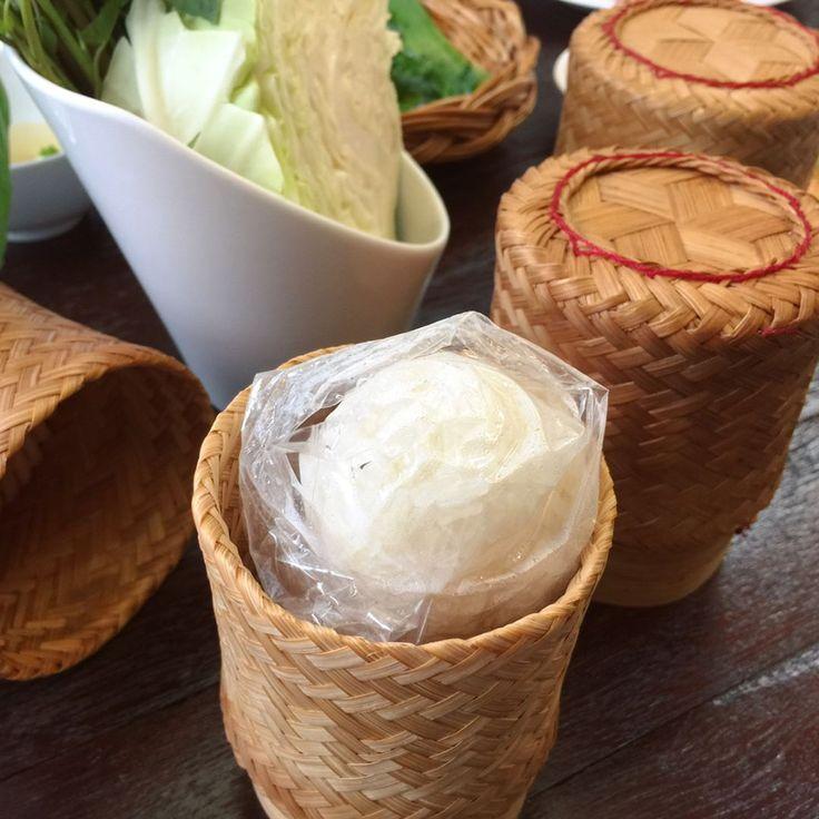 delicious lunch time in Bangkok, Thailand * ある日のお昼ご飯。任期満了で帰国する方のプチ送別会をした時に食べたタイ料理����です。  バンコクに来て私が1番気に入ったのが、1枚目の写真に写っている小さなカゴに入ったもち米。なんだかオシャレじゃないですか?✨ お米の乾燥を防ぐためビニール袋に入っています。1人1つでは多いので、女性なら2人で1つとか 3人で2つぐらい頼むのが一般的だそう。 * タイに来てから妙にタイと韓国は似ていると感じる部分が多いのですが、この日のテーブルに乗った「キャベツのざく切り」を見てますます共通点を感じました。日本のレストランでは切ったままのキャベツがカゴに入れられてどーんと乗ること、あまり無いですよね�� * #thaicuisine #thaifood #bangkok #thailand #lunch #タイ料理 #バンコク #タイ #タイ生活 http://w3food.com/ipost/1521164220702840123/?code=BUcQsycBtU7