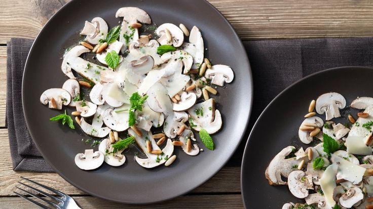 Ideal als edles Abendessen oder raffinierte Vorspeise für besondere Anlässe: Pilz-Carpaccio mit Pinienkernen und Parmesan | http://eatsmarter.de/rezepte/pilz-carpaccio