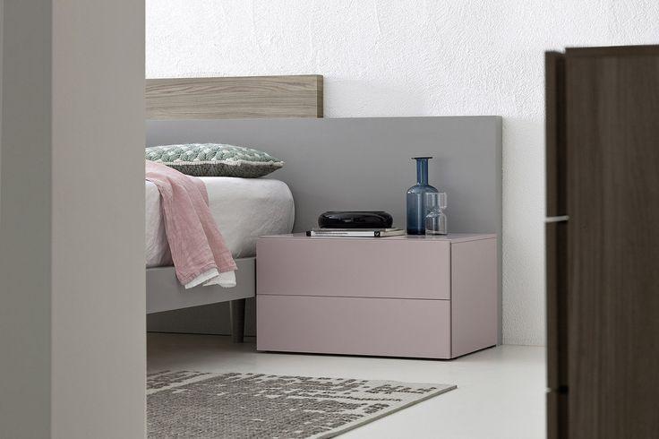 Kleiner quadratischer Nachttisch aus der Easy Kollektion von Novamobili. Das schlichte Design passt in jedes modernes Schlafzimmer. #Schlafzimmer #bedroom #Bett #Holzbett #bed #Nachttisch #nightstand #Kommode #Hängekommode #dresser #chestofdrawers #Möbel #furniture #modern #minimalistisch #weiß #white #inspiration #einrichten #Einrichtungsideen #interior #interiordesign #interiordecorating #decoration #dekorieren #wohnen #home