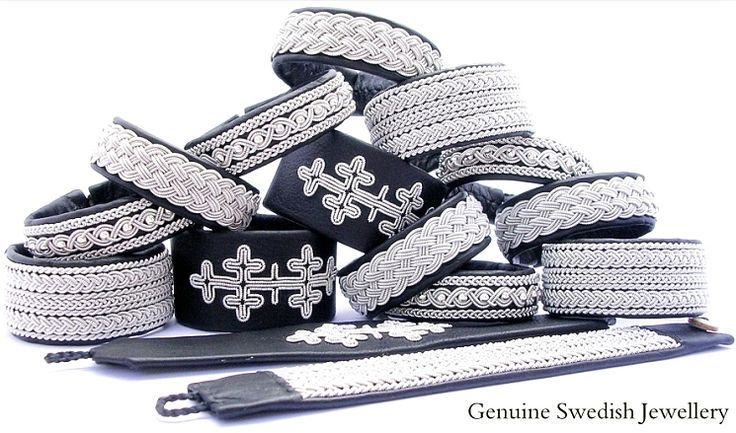 Bracelets in black reindeer leather.