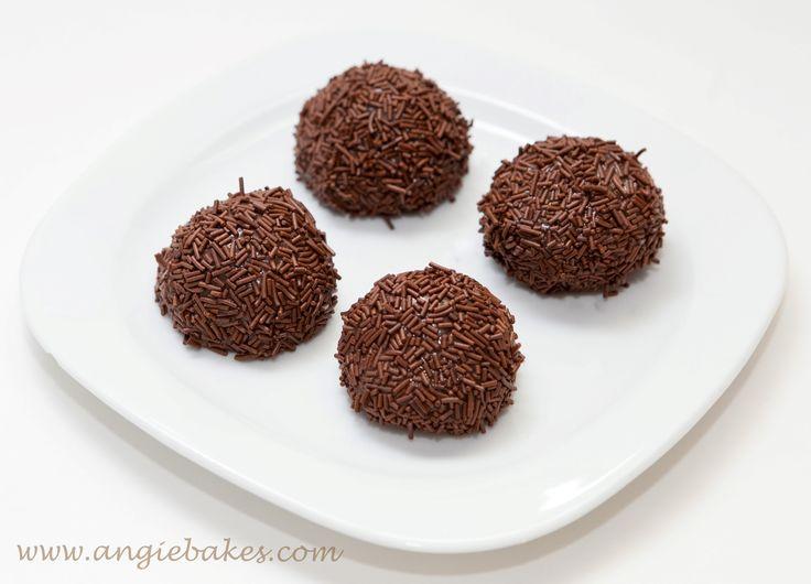Na dnes tu mám pre vás recept na tieto vynikajúce brazílske čokoládové guličky, pripravované z kondenzovaného mlieka a iných surovín. Musím vám povedať, že už len ten krém čo vznikne je neodolateľn...