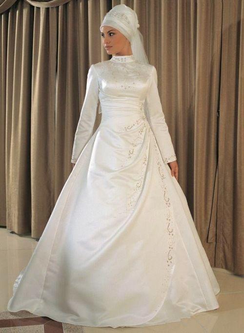 Gaun pengantin putih sederhana tanpa hiasan