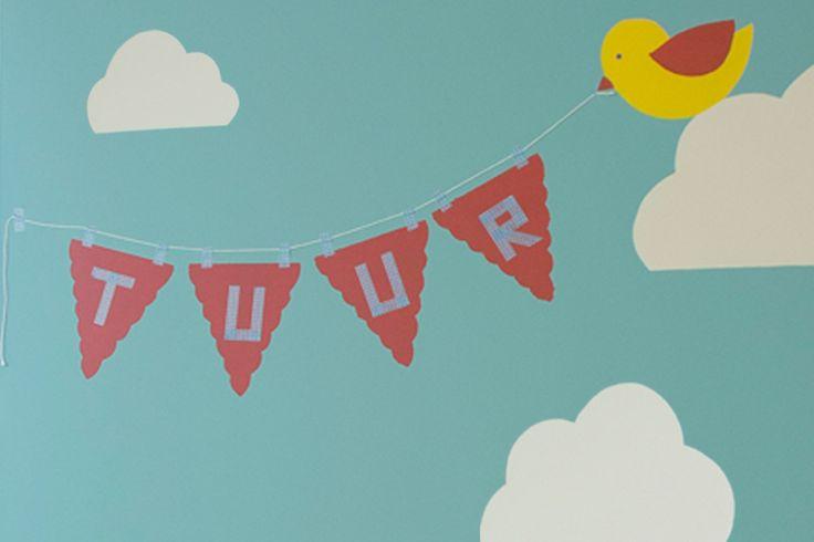 Inspiratie gevonden op een geboortekaartje om je babykamer in te richten? Ga aan de slag! Motiefjes zoals wolken, vogeltjes of een vlaggenlijn … Met sjablonen uit micaplastiek, tape en een verfrol schilder je ze in geen tijd zelf op de muur.