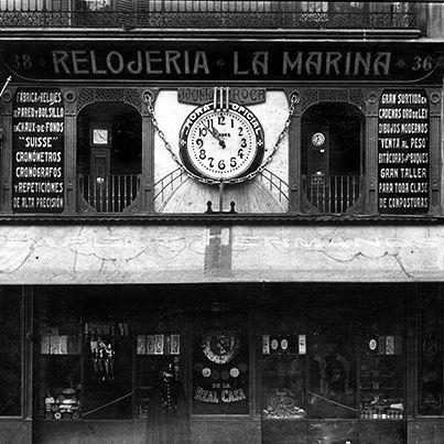 LOS ORÍGENES DE LA JOYERÍA ROCA (3ª Parte): De 1909 a 1920: Jacinto Roca Fuster convierte la relojería en un negocio creciente y referente. Se traslada a un local más amplio, en la Rambla del Centre; paseo de moda para la burguesía. Empieza a incorporar el negocio de la joyería. Una evolución necesaria, los relojes los llevaban los hombres en el bolsillo del chaleco y para sujetarlos precisaban de una cadena que solía ser de oro. Continuará... #joyeriasbarcelona #joyeriaroca #joyas