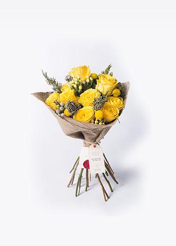 BLONDY | Blondy çaprazlama tekniği ile hazırlanmış yuvarlak bir bukettir. Rosa Goodtimes güller, sarı Hypericum'lar ve Bruinalar ile Blondy mutluluğun, umudun ve güzel zamanların hatırlatıcısıdır. | Bloom and Fresh