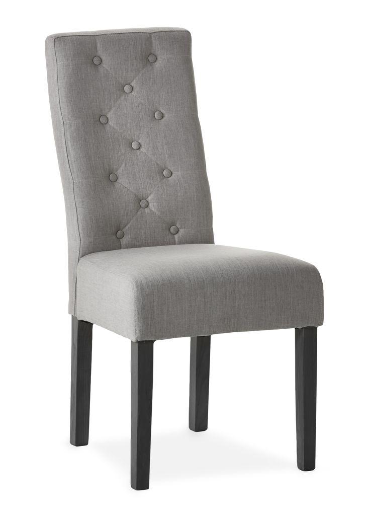 Tango ger dig en klassisk klädd stol med hög komfort för långa sittningar. Den är både romantisk och elegant med sin klädda sits i linne med knappar i ryggen. Tango tillhör serien Skagen som är en omfattande serie och ger dig ett stort urval av eleganta möbler i skandinavisk kustnära stil.