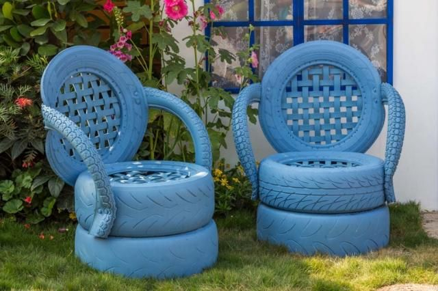Objets recyclés – anciens pneus peuvent se transformer en créatif chaises pour l'extérieur