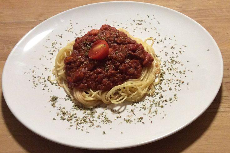 Echte italienische Spaghetti Bolognese und ihr veganes Gegenstück