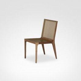 """A cadeira """"Octa"""" possui estilo rústico e é fácil de ambientar em diferentes tipos de salas de estar ou jantar. A peça, à venda no Arkpad, é produzida com madeira"""