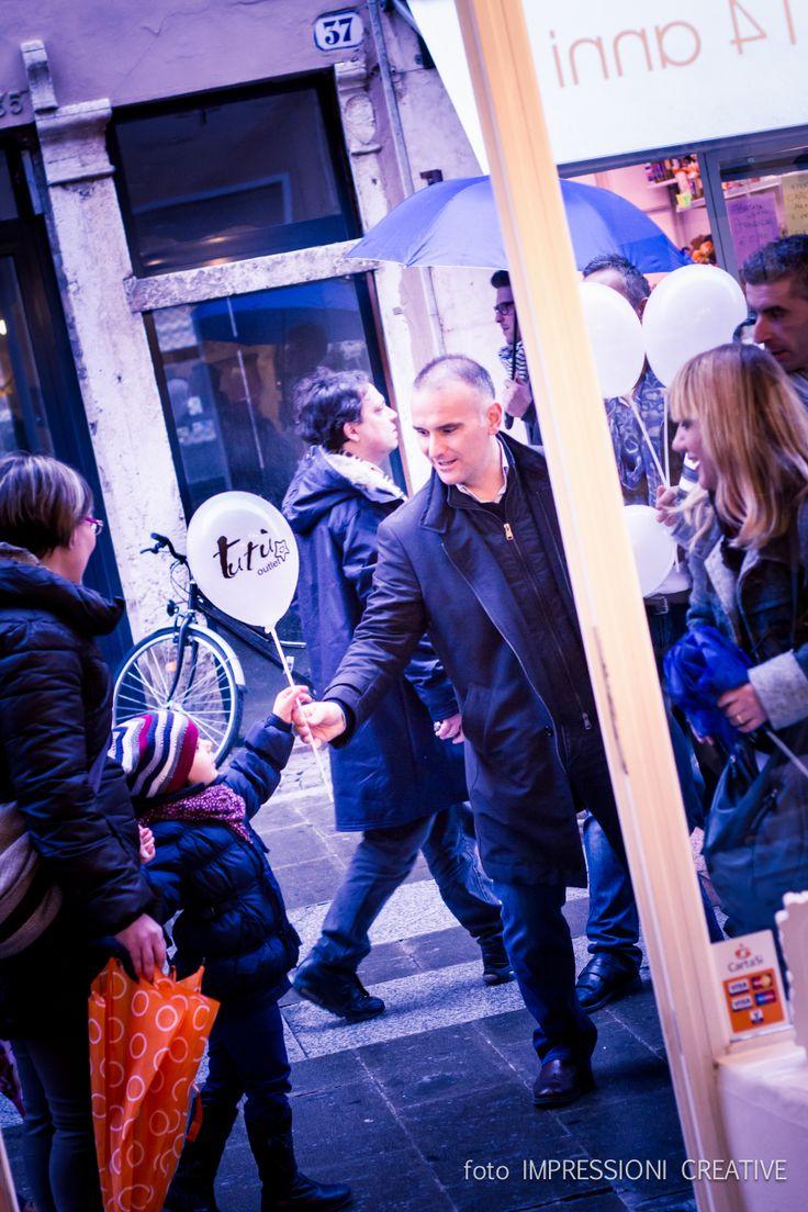 Per l'inaugurazione di Tutù, distribuiamo palloncini a tutti i bambini che passeggiano in Via Mazzini - a Ferrara