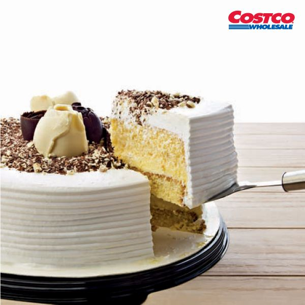 Pastel de tres leches. Tradicional receta de tres leches, relleno de crema pastelera y cubierto con crema batida, decorado con ralladura de chocolate blanco y oscuro - No. de item: 593461