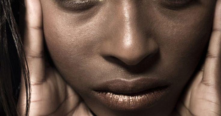 Por qué le puede crecer pelo en la barbilla a una mujer. Cuando a una mujer le crece pelo negro, grueso en lugares de su cuerpo donde el crecimiento de cabello es más común en los hombres, tales como la barbilla, esto puede ser un signo de una condición conocida como hirsutismo, especialmente si el cabello es excesivo y notable. Muy a menudo, cuando una mujer experimenta este patrón de crecimiento del ...