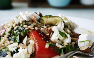 Ugens tirsdagsopskrift er perlebygsalat med grillede grøntsager og gedeost. Få opskriften her