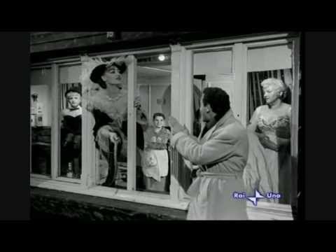 """Alberto Sordi a St. Pauli, dal film """"I Magliari"""" (1959) di Francesco Rosi"""