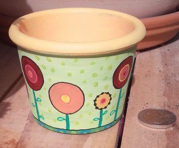 Vide poche printanier n°2. Pot en terre peint à l'acrylique et surligné aux posca.