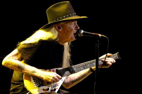 Muere Johnny Winter, exitoso pistolero de blues-rock