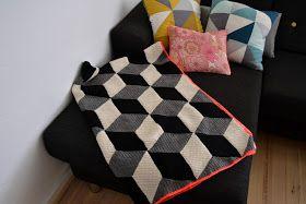 Endelig er jeg blevet færdig med mit hæklede tæppe!! Det måler 120 x 180 cm, og bliver helt perfekt her til efterår og vinter. Det er hæklet...