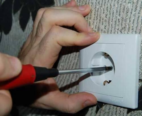 Как заменить (установить) розетку своими руками?