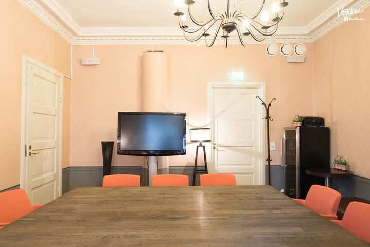 Ciao! Caffe & Winebar sijaitsee Senaatintorilla Kiseleffin talossa Helsingin keskustassa.