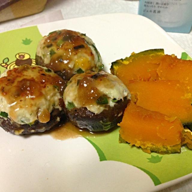 肉詰めの肉には、蓮根とニラがはいってます。タレは中華だしとお醤油に片栗粉でとろみをつけて。 - 1件のもぐもぐ - しいたけの肉詰めとかぼちゃの煮物 by chihiro08