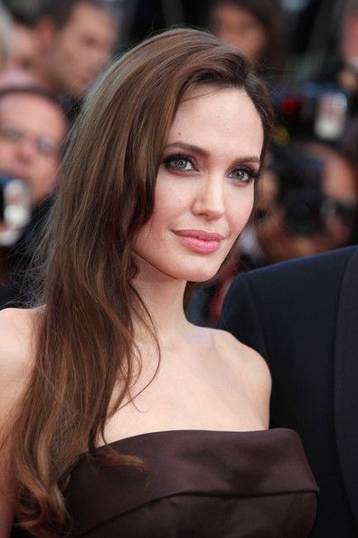 Angelina Jolie -Rich mocha and caramel tones eyeshadow; pink lipstick