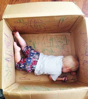 "Fab mark-making in a cardboard box - image from AINE Juguetes ("",)"