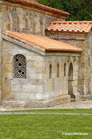 San Salvador de Priesca. Villaviciosa  No hay certeza sobre cuándo se erigió esta iglesia cuya construcción se atribuye de ordinario al rey Alfonso III, aunque bien pudiera ser que a este monarca sólo se debiera la galería porticada adosada al templo tardíamente y algunos detalles ornamentales. De lo que no cabe duda es de la fecha de la consagración efectuada bajo su reinado y que quedó grabada en una lápida de mármol en la que se afirma que sucedió «SUB ERA DCCCCXXX», esto es, en el año…