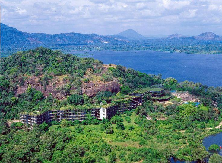 """Sri Lanka, Dambulla: Heritance Kandalama er et hotel, der bedst kan beskrives med ordet """"wauw!"""". Hotellet er nærmest bygget ind i klipperne, og på taget vokser der græs og træer."""