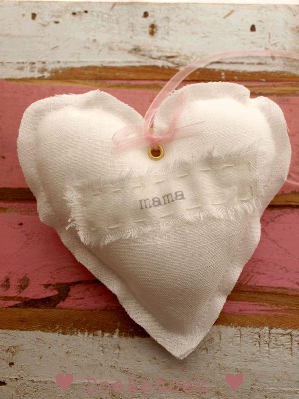 Linnen hartje 'mama'.  Linen heart 'mom'.  Handmade by ♥ Doekedoek ♥