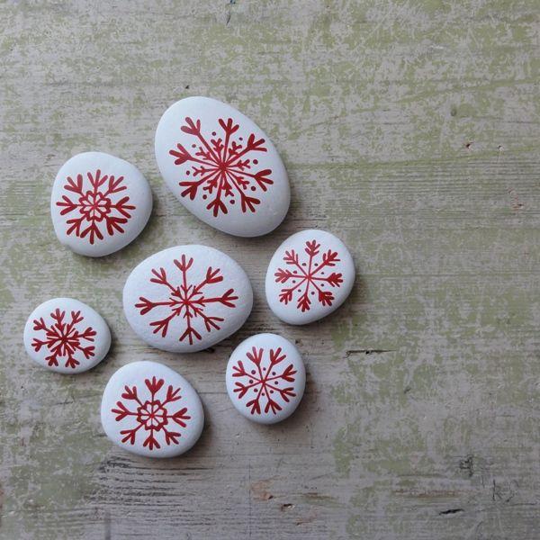 ,,KAMENY S VLOČKAMI - BÍLO -ČERVENÉ I.,, Malované kamínky,,červeno - bílé,, s ručně malovanými sněhovými vločkami,průměrná velikost největší kámen64 g a cca6 x 4cm,a menší...samozřejmě dle kamínků. Půvabná a působivá netradiční dekorace,na Váš vánoční stůl,dáreček pro blízké,kteří už mají ,,všechno,,,dekorace na okno,či drobnost k ...