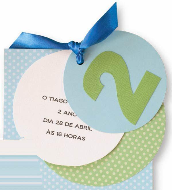 Convite feito em casa: Recorte círculos e quadrados de papéis coloridos para scrapbook, imprima (ou escreva à mão) o texto em um deles e use um pedaço de fita para uni-los. Fácil, fácil!