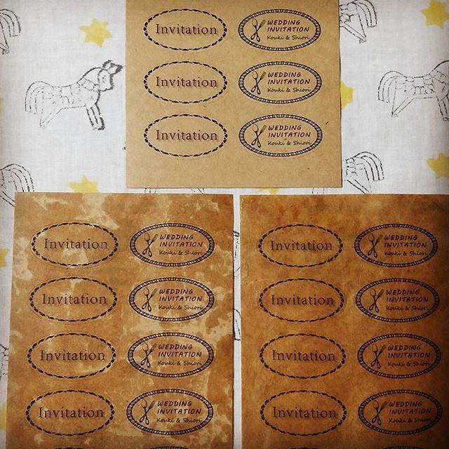 * 2016.3.30.Wed 今日は招待状のシール作り 招待状もホワイトクラフトやクラフト紙を使ってカジュアルな感じに仕上げる予定なので、シールもクラフトシールに印刷したものを蝋引きしました 上が印刷かけただけ. 左がまだらに蝋引き. 右が全体に蝋引きした分 まだらと全体の2パターンでいきます!! * デザインは左の列が親族用でシンプルに✴ 右が友人用✨ いくつかのデザインを作ったけど、食いしん坊な私たちらしいだろうと思ってカトラリーのデザインを採用 * プチギフトのタグも全て蝋引きします * * #すずきちwedding #すずきちDIY #RusticWedding #ラスティックウェディング #ラスティック #RUSTIC #ナチュラルウェディング #ナチュラルシャビー #アンティーク #結婚式 #結婚式準備 #2016秋婚 #結婚式レポ #結婚式レポート #ちーむ1022 #プレ花嫁 #福岡花嫁 #招待状 #ペーパーアイテム #シール #手作りシール #クラフトシール #蝋引き #オリジナルシール