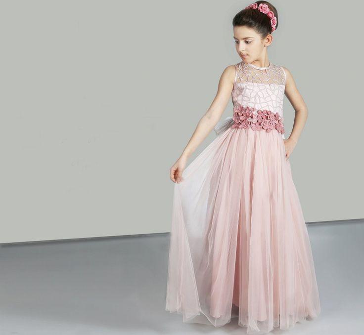 Een prachtige nude-roze jurk met een mooi bovenlijfje van geborduurde tule en bloemetjes. De rok is wijd en met tule. bruidskindermode.nl bruidskindermode.nl. Trouwen, bruiloft, huwelijk, communie, bruidsmeisjes, bruidsmeisje, bruidsmeisjesjurk, bruidskinderen, bruidskinderkleding, kinderbruidsmode, kinderbruidskleding, communiejurk.