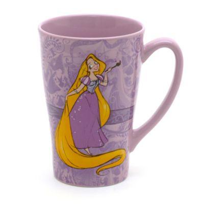 Servera varma drycker i den här Rapunzel-muggen. Dekorationen i tecknad stil föreställer den långhåriga prinsessan som håller i en målarpensel mot en mönstrad bakgrund.