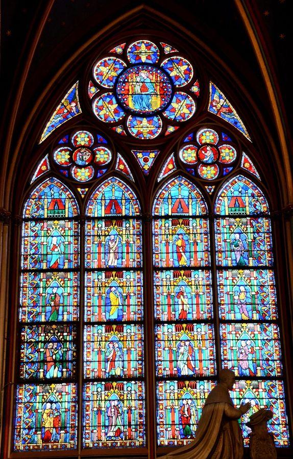 Vitral- Notre Dame- Paris- França.  Notre Dame é considerado um dos melhores exemplos da arquitetura gótica francesa em França e na Europa, eo naturalismo de suas esculturas e vitrais estão em contraste com a arquitetura românica anterior.