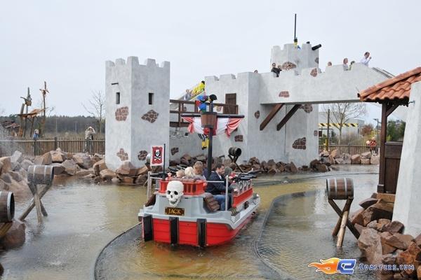 2/11 | Photo de l'attraction Kapt'n Nicks Piratenschlacht située à Legoland Deutschland (Allemagne). Plus d'information sur notre site http://www.e-coasters.com !! Tous les meilleurs Parcs d'Attractions sur un seul site web !!