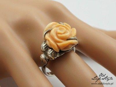 """Unikatowy pierścionek """"JS"""" - biały koral"""