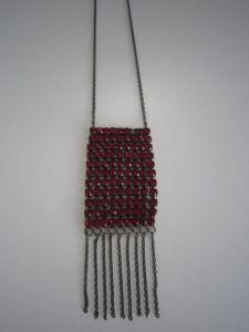 Leuke opvallende Italiaanse ketting Met rode strass steentjes Lengte 42 cm. Prijs € 12,-