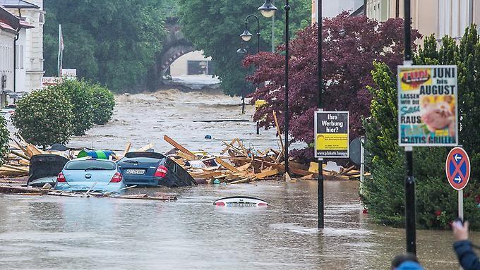 Mehrere Ortschaften überflutet: Schwere Unwetter führen zu Katastrophenalarm in Niederbayern