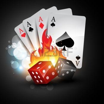 Dados con cartas de ases del póquer. En llamas.